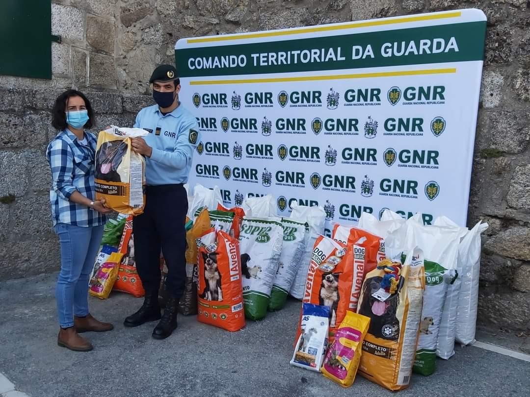 GNR da Guarda entrega 500 quilos de ração a associações de proteção animal